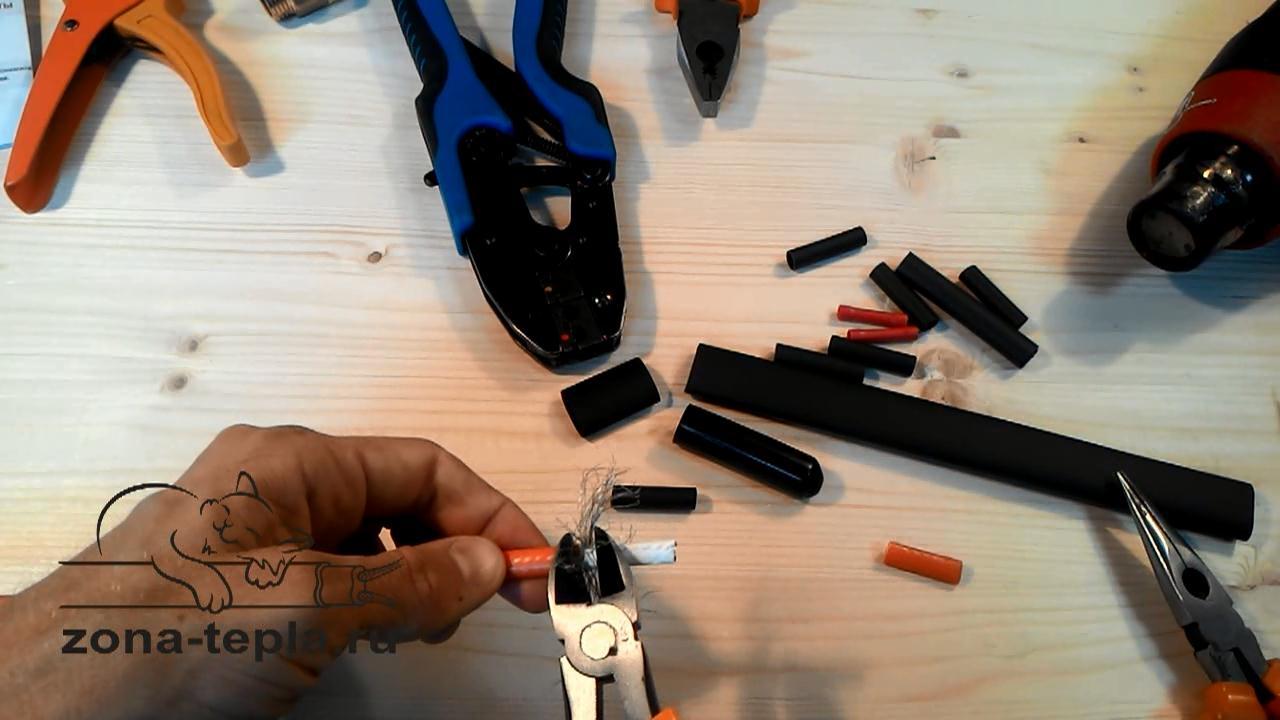 Обрезаем оплетку греющего кабеля для внутреннего обогрева труб